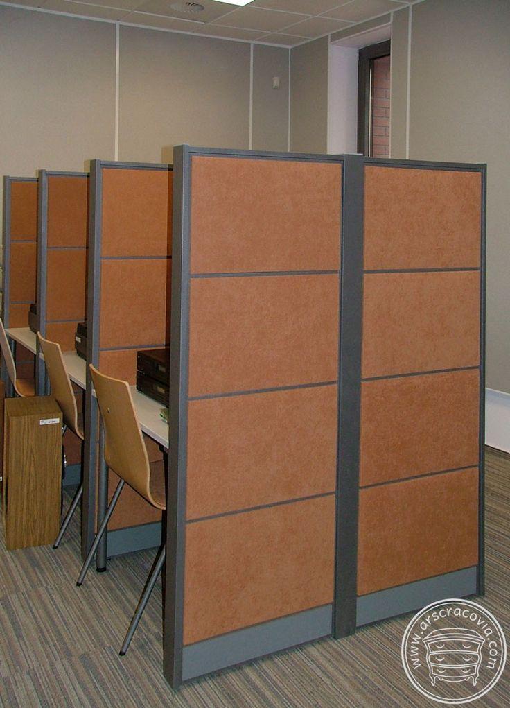 Stanowiska odsłuchu utworów muzycznych w      bibliotece, biurka z osłonami akustycznymi,