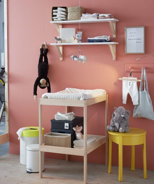 Una scatola con pannolini e vestiti per bebè - IKEA