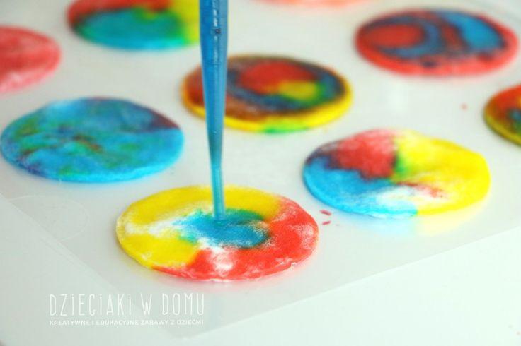 Eksperymentowanie z kolorami – zabawa dla dzieci