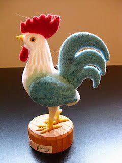 .Produto típico de Portugal. O galinho do tempo, muda de cor de acordo com a variação do clima.