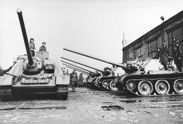 """Soviet self-propelled guns SU-100 in the yard of the plant """"Uralmash"""" before being sent to the front."""