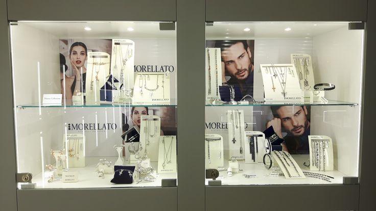Roberto Comeri si occupa di curare l'immagine per marchi legati alla gioielleria con una rete di visual merchandiser su tutto il territorio italiano