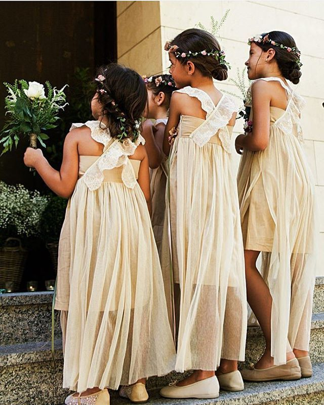 Cute little ladies ❤️ #boda #pajes #niñasdearras #inspiracion #damitas #bridesmaids #wedding #cute Photo @instantaneaytomaprimera via @monico_gourmet