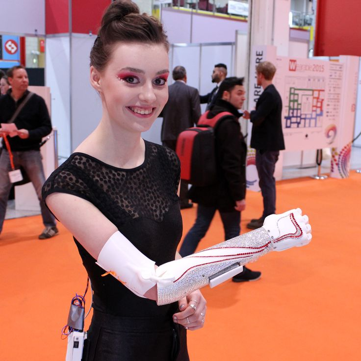 La empresa británica Open Bionics, radicada en Bristol y dedicada al diseño y desarrollo de prótesis de bajo coste mediante impresión 3D, ha creado para la actriz discapacitada Grace Mandeville (conocida por la producción 'The Sparticle Mystery') un brazo protésico tachonado de cristales de Swarovsky. Grace, una estrella en Youtube y actriz en la cadena CBBC, nació con el brazo derecho en escorzo y ama las prótesis originales, con las que pueda expresar su vibrante personalidad a pesar de su…
