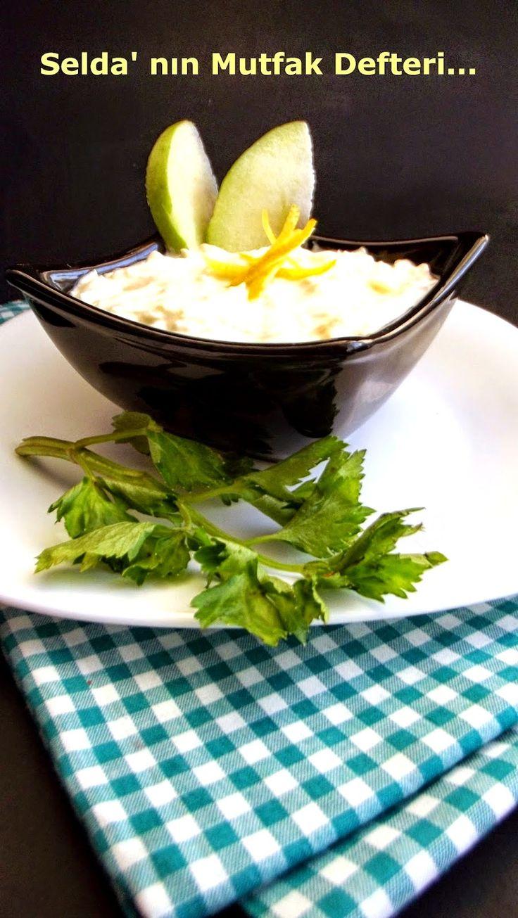 Selda' nın Mutfak Defteri...: Yeşil Elmalı Kereviz Salatası 1 adet orta boy kereviz 1 adet orta boy ekşi yeşil elma 5 çorba kaşığı süzme yoğurt 2 çorba kaşığı mayonez Yarım limonun suyu 1 tatlı kaşığı zeytinyağı 2 diş sarımsak Tuz Kerevizi ve yeşil elmayı soyalım, rendeleyelim. Kararmamaları için limon suyunu ekleyip karıştıralım. Süzme yoğurdu  mayonez, rendelenmiş sarımsak ve tuz ile karıştıralım. Kereviz ve yeşil elmaları karışıma ilave edelim.
