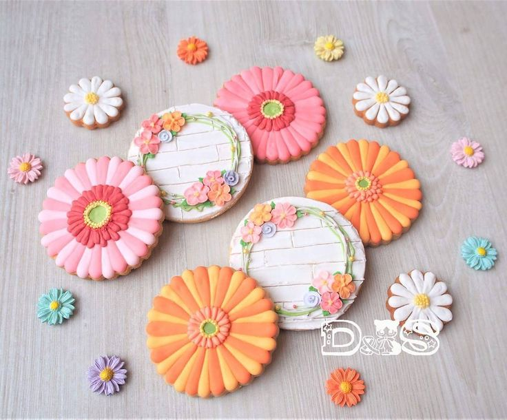 Gerbera × Flowerwreath🌼  春のクッキー🌼②  ガーベラとお花のリース💕 ピンク系とオレンジ系で華やかに。  ビタミンカラーのパワーってスゴイ!! クッキー作ってて元気が出る⤴⤴ #icingcookies #royalicingcookies #easter #gerbera #flowerwreath #pink #orange #eastercookies #spring #frühring #kekse #plätzchen #ostern #blumenkranz #rosa #gerbera #アイシングクッキー #ロイヤルアイシング #イースター #ガーベラ #フラワーリース #ビタミンカラー #春