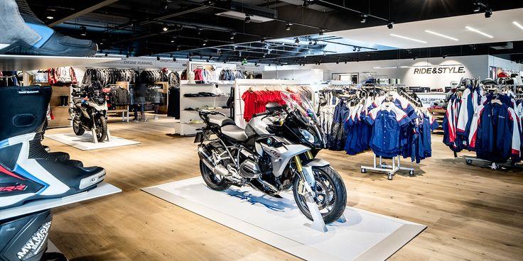 Proiettori #LED neri e bianchi cromaticamente abbinati si integrano nel moderno soffitto del #BMW Motorrad Zentrum #Oktalite - Referenze - shop