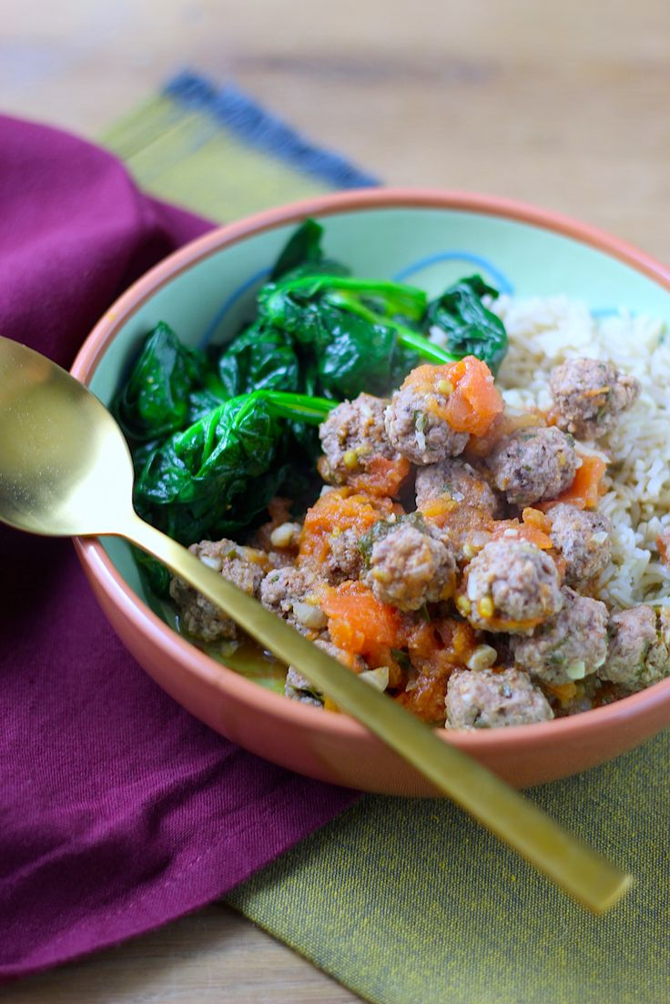 Marokkaanse kefta zijn kleine lamsgehaktballetjes die je goed op smaak brengt met kruiden en specerijen. In dit recept stoof ik ze in een tomatensaus.