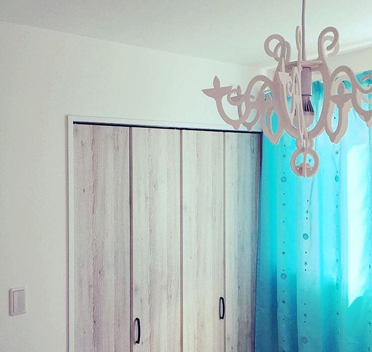 水色のカーテンと、シャンデリア風の照明