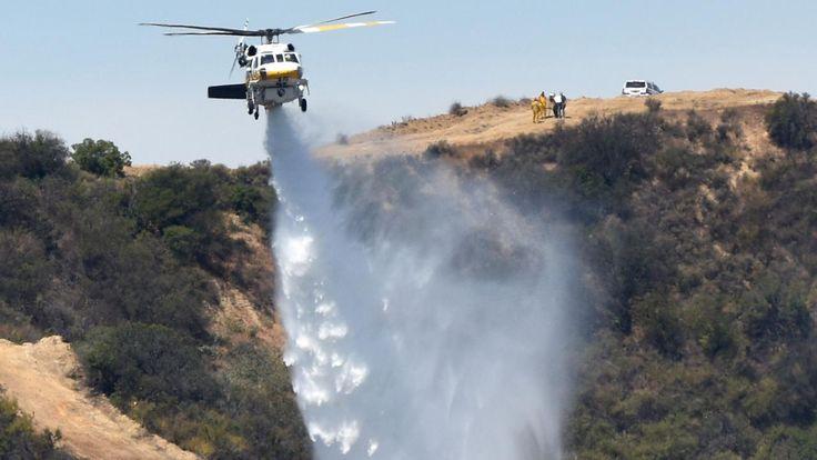 Honderden mensen zijn in Zuid-Californië uit hun huizen geëvacueerd om te ontkomen aan grote bosbranden. Zowel in Californië als in New Mexico woedt het vuur dat wordt aangewakkerd door het hete droge weer.