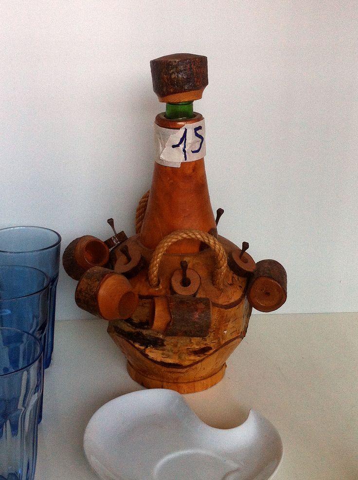 fiasco con bicchieri in legno. Valore commerciale 15€, offerta libera.
