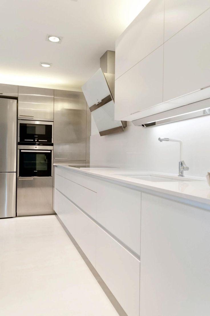 Cocina totalmente blanca con columnas de acero. #casasmodernasestrechas