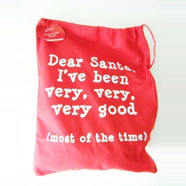 Deze leuke zak van rood vilt mag niet ontbreken onder je kerstboom!🎄 Je kunt er super leuk de cadeautjes in presenteren! En natuurlijk kun je hem ook als decoratie neerzetten, met (nep) cadeautjes erin. Afmeting is 60x48 cm. #kerst #kerstmis #feestdagen #kerst2016 #decoratie #interieur #kerstman #zak #cadeautjes #cadeau #cadeaus #kerstboom #santa
