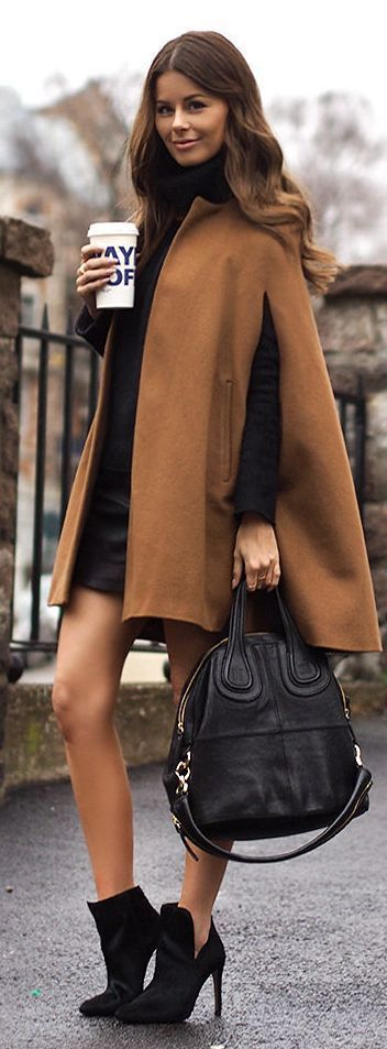 Acheter la tenue sur Lookastic:  https://lookastic.fr/mode-femme/tenues/manteau-cape-pull-a-col-roule-minijupe/15364  — Pull à col roulé noir  — Manteau cape brun clair  — Minijupe en cuir noire  — Sac fourre-tout en cuir noir  — Bottines en daim noires