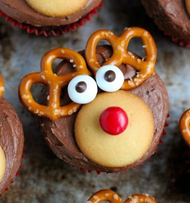 Chocolate Rudolph reindeer cupcakes with pretzels // Csokis rénszarvas Rudolf muffinok pereccel // Mindy - craft tutorial collection // #christmascrafts #christmasdecors #christmasdiy #diy #DIY #christmas #christmaskidscrafts
