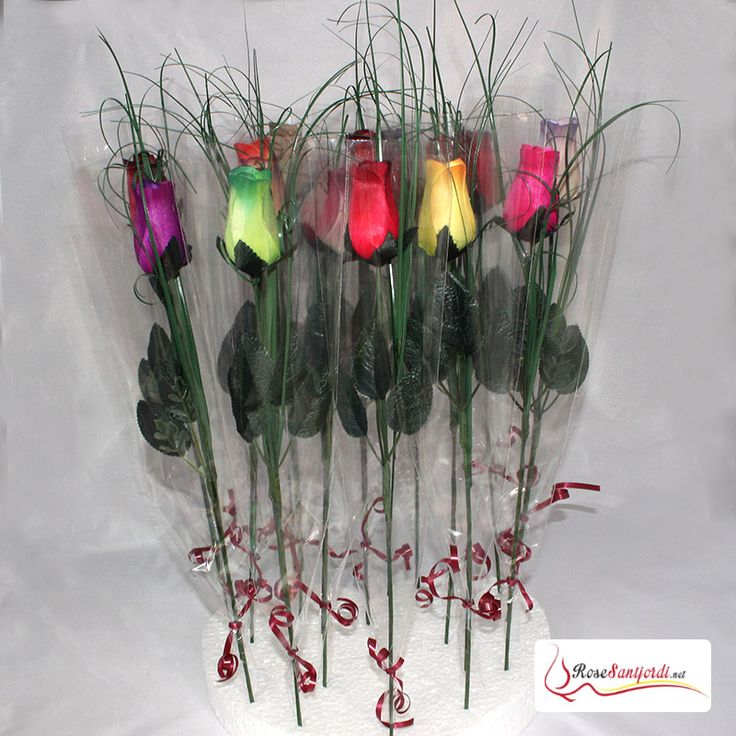 Roses Sant Jordi de colores preparadas  Rosas de  colores de Sant Jordi 2016 listas para vender o regalar. Las rosas son realizadas a mano con madera de álamo, y perfumadas con esencia de rosa.  #Barcelona #SantJordi