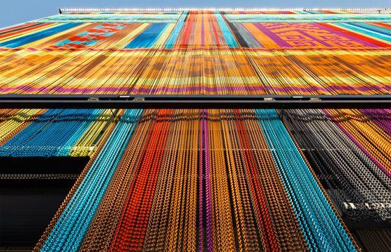 Vorhang auf für die Expo 2015: KriskaDECORs architektonische Fassaden aus Metallketten