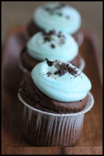チョコレートたっぷりの生地に、ミント風味のホイップをトッピングすればチョコミントカップケーキの出来上がり♪