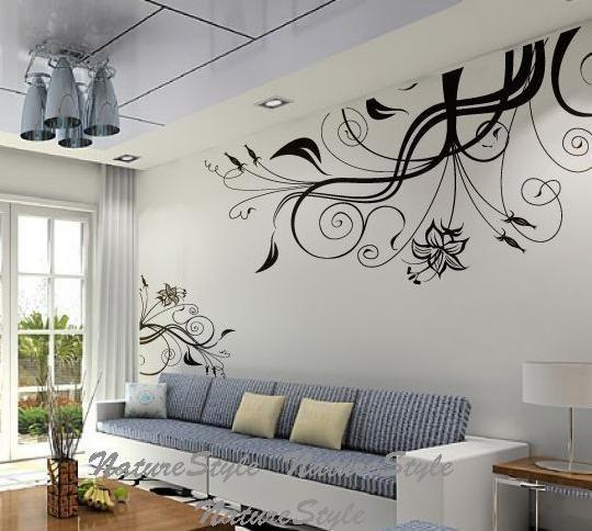 hermoso vinil para decorar una pared alta, dentro de una sala.