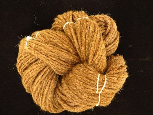 1カセ およそ100g 並太程度マン島原産のレアシープ、マンクス・ロフタン種の羊から原毛を分けてもらって、丁寧に手紡ぎした毛糸です。茶色ですが、深みのあるキャ...|ハンドメイド、手作り、手仕事品の通販・販売・購入ならCreema。