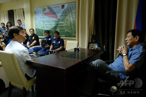 【7月17日 AFP】フィリピンのロドリゴ・ドゥテルテ(Rodrigo Duterte)大統領は15日、南部ダバオ(Davao)の麻薬取締局で、同国の麻薬王の一人と疑われる実業家のピーター・リム(Peter Lim)氏と面談し、面と向かって殺すぞと脅した。