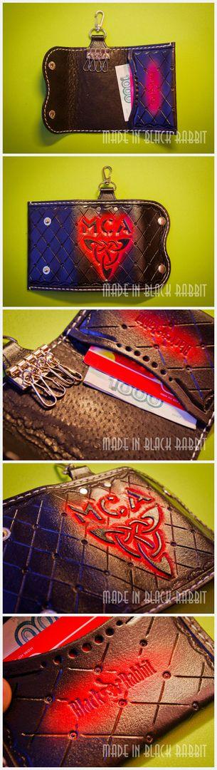 Ключница с карманом под пластик и купюры. Кожа 1.5. мм, (растительного дубления), окрас ручной, инициалы заказчика. Ручное тиснение, прошивка тоже ручная. Застежка на 2-х кнопках. Имеется карабин, можно повесить на джинсы. Genuine Leather Key Case Wallet Mens Leather Key Для заказа пишите в директ. #MensLeatherKey #натуральнаякожа #кошелекизкожи #ручнаяработа #ярмаркамастеров #leather #ключницаизкожи