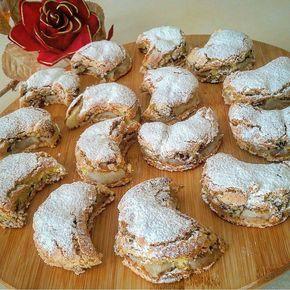 Bugün piknik için; altı biskuvi arası elma ve ceviz üzerine ise kek karışımından yaptığım harika bir tarif... Herkes tarifi sordu.Mutlaka denemelisiniz Bisküvili Elmalı Kek Petibör bisküvi ( en altina) 3 elma (yeşil) 1 su bardağı ceviz Tarçın Keki için 3 yumurta 1 bucuk cay bardağı seker 3 yemek kaşığı sıvıyag 1 paket vanilya ve kabartma tozu  1 bucuk su bardağı un Yapılışı  Büyük dikdortgen borcama biskuviler dizilir.Üzerine elmalar yarım ay seklinde doğranır ve bosluk kalmayac...