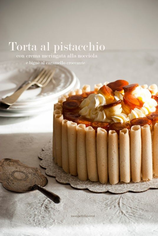 Torta al pistacchio con crema meringata alla nocciola e bignè al caramello croccante