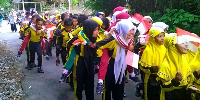 Edupost.ID – SD Muhammadiyah Balerante menutup pengenalan lingkungan sekolah dengan acara unik, yakni gendong-gendongan. Kakak kelas dan guru menggendong kelas satu. Murid-murid baru itu diarak…
