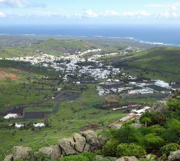 El Valle de Haría #Lanzarote desde montaña Aganada. Un valle con más de 4000 palmeras canarias al norte de la #reservadelabiosfera de Lanzarote.