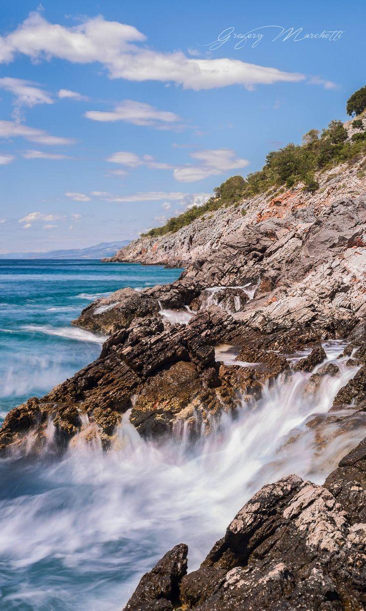 le onde si infrangono sulle coste della Croazia