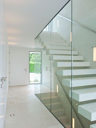 Corredor claro e brilhante, os elementos de vidro contribuem para a impressão geral …   – Wohnen