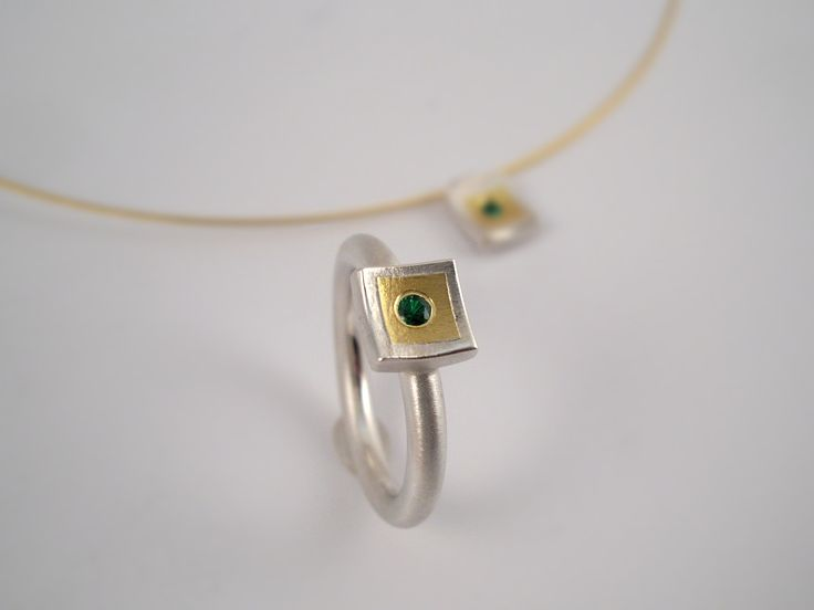 Classy and elegant twotone square tsavorite ring. A minimal geometrical beautiful and discreet ring.