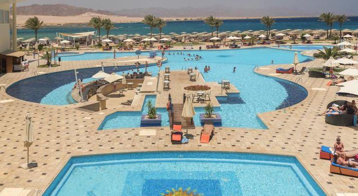 К услугам гостей отеля Barcelo Tiran Sharm роскошные номера, 1100 метров кораллового песчаного пляжа, 5 открытых бассейнов и бесплатный Wi-Fi в лобби.