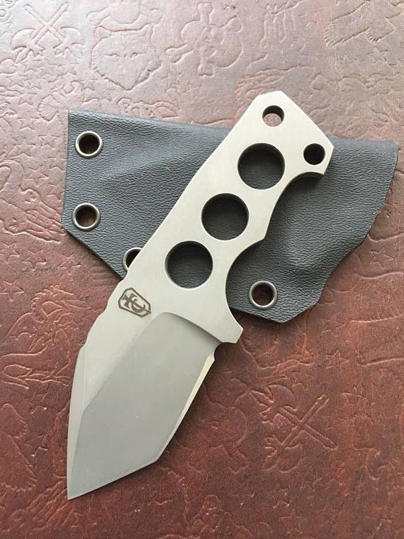 Personalizados hechos a mano fijo cuchillo de cuello o EDC de hoja con funda de kydex hecha a mano por Tommy chen  Longitud total: 5 Longitud: 2.125 Espesor de la hoja: 0,20 Profundidad de la cuchilla: 1.375 Dureza de la hoja: 60-61HRC Material de la lámina: CPM S35VN Vaina: Negro Kydex Final: Hueco de tierra con ácido final stonewashed Tejido del Cinturón Clip: Biothane (llevar Horizontal) Hecho en EE. UU.