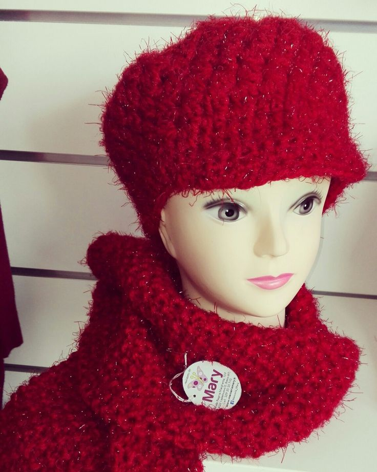 Completo berretto e scuarpa in lana mohair rosso. Disponibile sul sito www.merceriamary.it