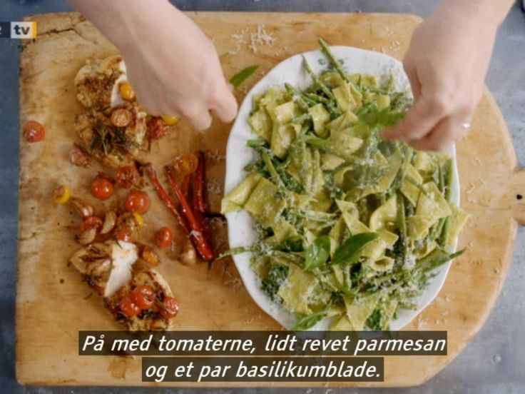 Pesto, bønne, spinat pasta og kylling. Pesto: 50 g parmasan, 50 g mandler, en stor håndfuld basilikum, salt, peber, olivenolie, citron, hvidløg mixes. Kylling bankes flad med fennikkefrø, rosmarin salt og peber - steges på pande med 10 hele fed hvidløg. Lige før servering steges kvarte cerrytomater med. Bønner koges i  5 min, kog frisk pasta med, lige før færdig kommes en pose spinat ved. Hæld vand fra, vend pesto i, suppler evt med lidt kogevand. Anret med basilikum og basilikum.