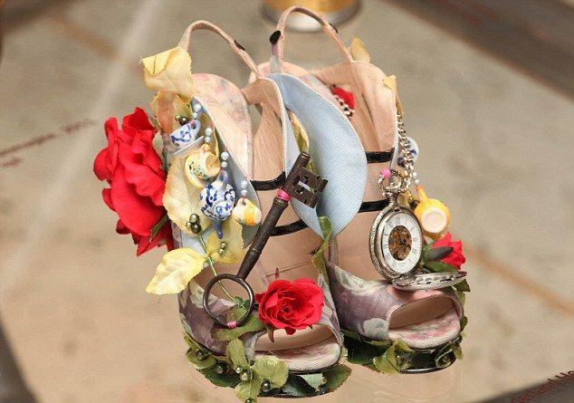 alice in wonderland shoes.... AMAZING!