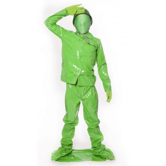 Speelgoed soldaat kostuum voor kids. Compleet 7 delig morphsuit kind kostuum van een groen speelgoed soldaatje. Het groene soldaten morphsuit kostuum bestaat uit een groene PVC jas, broek, riem, plastic helm, groene schmink, opblaasbaar geweer en foam voetplaat om op te staan! Carnavalskleding 2015 #carnaval