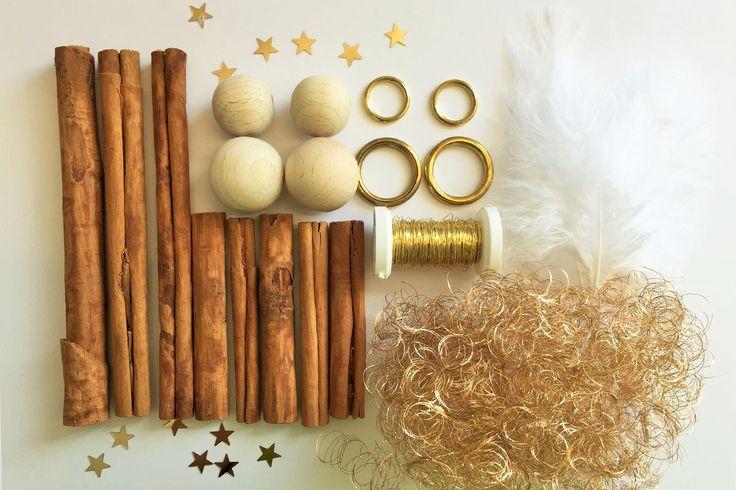 Zimtstangen, Golddraht, Holzkugeln und Federn zum Basteln