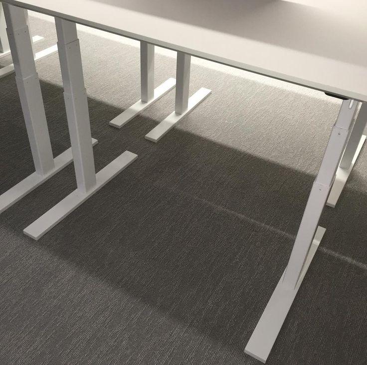 Höj och sänkbar Q20 skrivbordet.  Smäckre ben och fasade kanter. HBOs kontor #Q20 #danishform #danskdesign #hojochsankbartskrivbord #coolaskrivbord #danskdesign #kontorsinredning #holmris