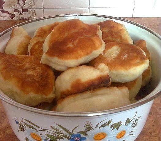 Тесто(дрожжевое) готовится за 5 минут и сразу лепятся пирожки, не нужно ждать пока оно поднимется.