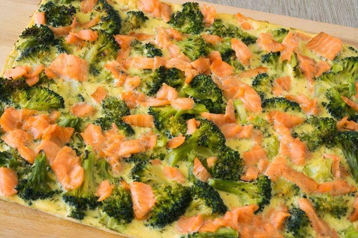 De keuken van Martine: Broccolitaart met zalm - Deze hartige taart is koolhydraatarm omdat er geen deeg wordt gebruikt. Het mengsel van ei en room zorgt dat alles bij elkaar wordt gehouden. De combinatie van zalm, broccoli en mosterd is erg lekker!
