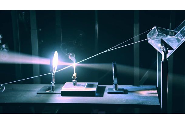 光インターネットサービス「auひかり」の広告動画で、光を使った素敵なピタゴラ装置動画が話題になっています。一般的なピタゴラ装置というと、定規やビー玉、ドミノ倒しなどで組み上げたからくりをイメージしますよね。ですがこちらの装置では、光が集める熱によって連鎖が続いているんですよ。さっそくご覧ください。装置はレンズによって集められた光の熱が、風船を割るところからスタート。そういえば子どもの頃、「虫眼鏡で...