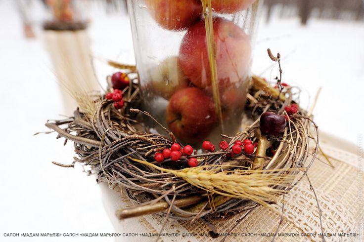 Красивая инсталляция из живых веточек, колосьев, ярких ягод рябины и яблок!