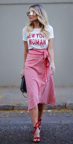 Musa do estilo: Bianca Petry. T-shirt branca com letras bordadas em paetê, saia midi xadrez vichy vermelha, sandália de duas tiras vermelha