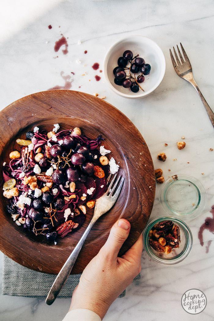 Heerlijke zoet hartige wintersalade. Met in balsamico gemarineerde rode kool, geitenkaas, in de oven geroosterde zoete druiven en knapperige honingnoten.