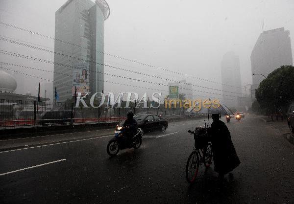 Pengendara menembus hujan di Jalan Gatot Subroto, Jakarta Selatan, Sabtu (22/2/2014). Hujan deras yang membatasi jarak pandang pengendara tersebut juga mengakibatkan genangan dan banjir di sejumlah ruas jalan di Jakarta