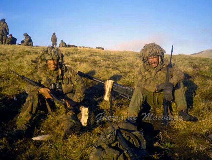 Integrantes del Batallón Nº 3 de Paracaidistas británicos descansan luego de la batalla de Monte Longdon, 12 de junio de 1982
