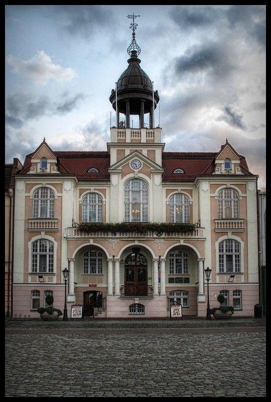 Ratusz w Wejherowie. Jest to trzeci budynek ratusza, poprzednie zostały rozebrane. Obecny budynek został wzniesiony w 1908 roku na podstawie projektu Augusta Leo Caara i Ernesta Döhringa.